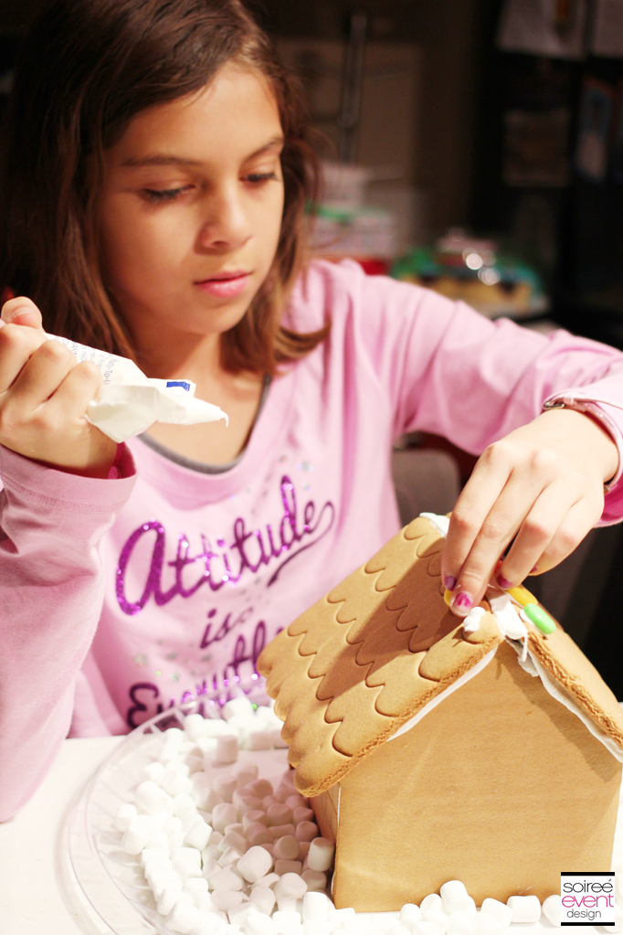 Decorating Gingerbread Houses 4