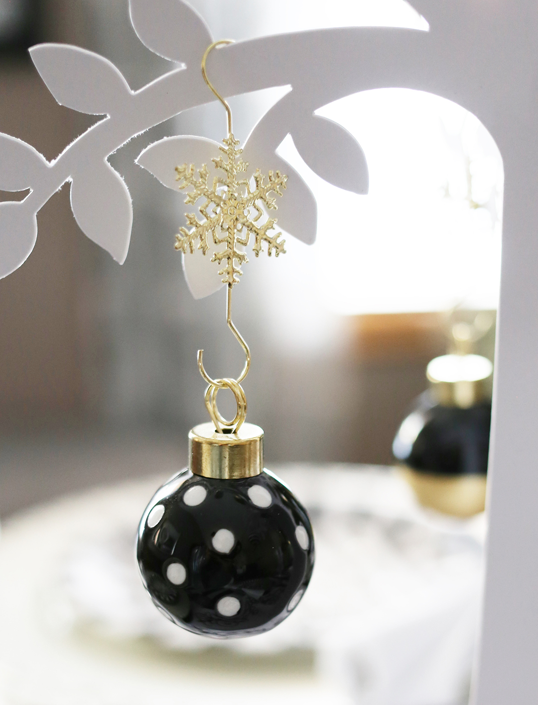 black-and-white-christmas-tablescape-black-and-white-ornaments