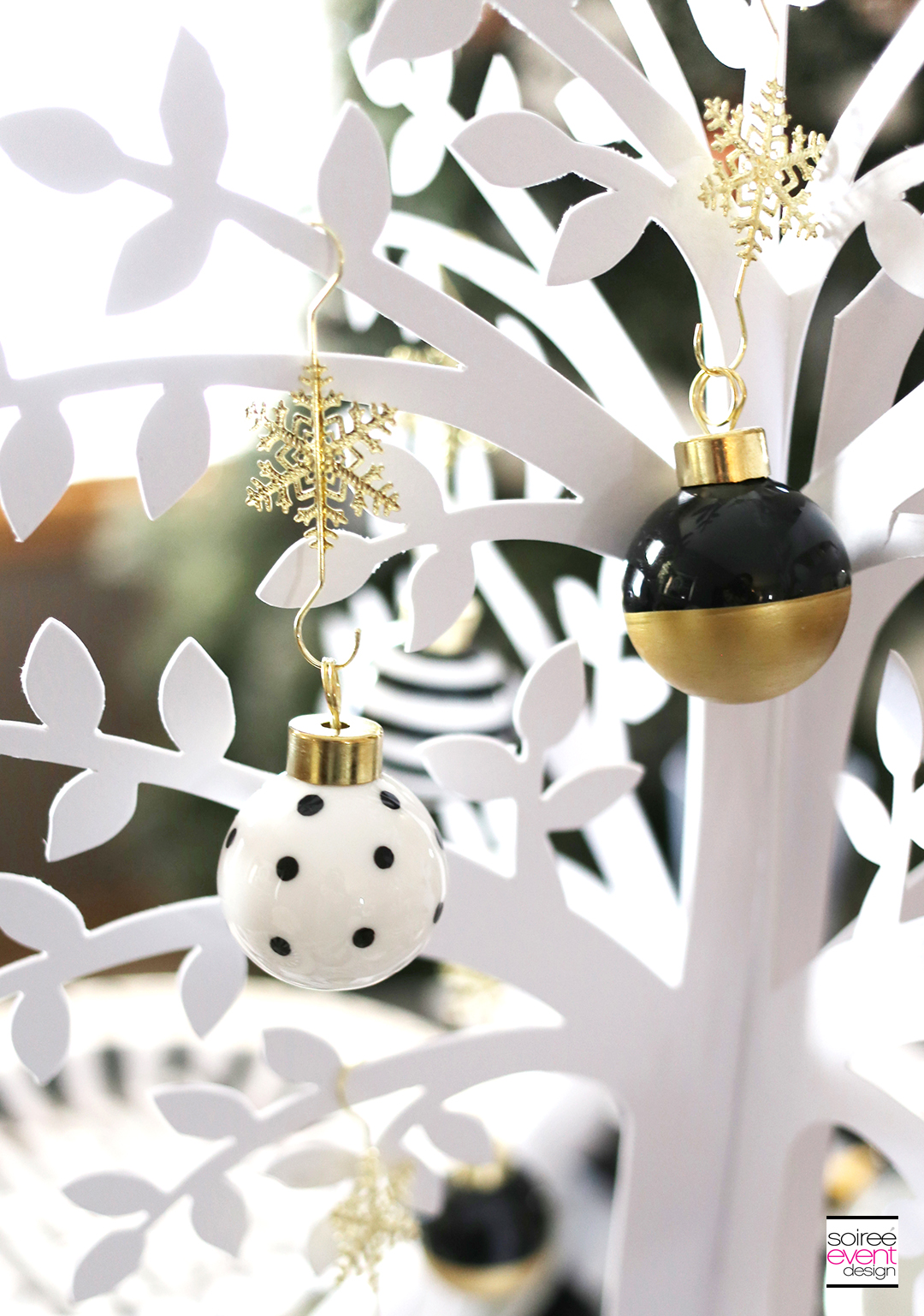 black-and-white-christmas-tablescape-black-white-gold-ornaments